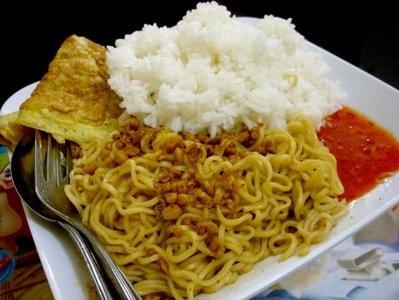 makan mie dengan nasi