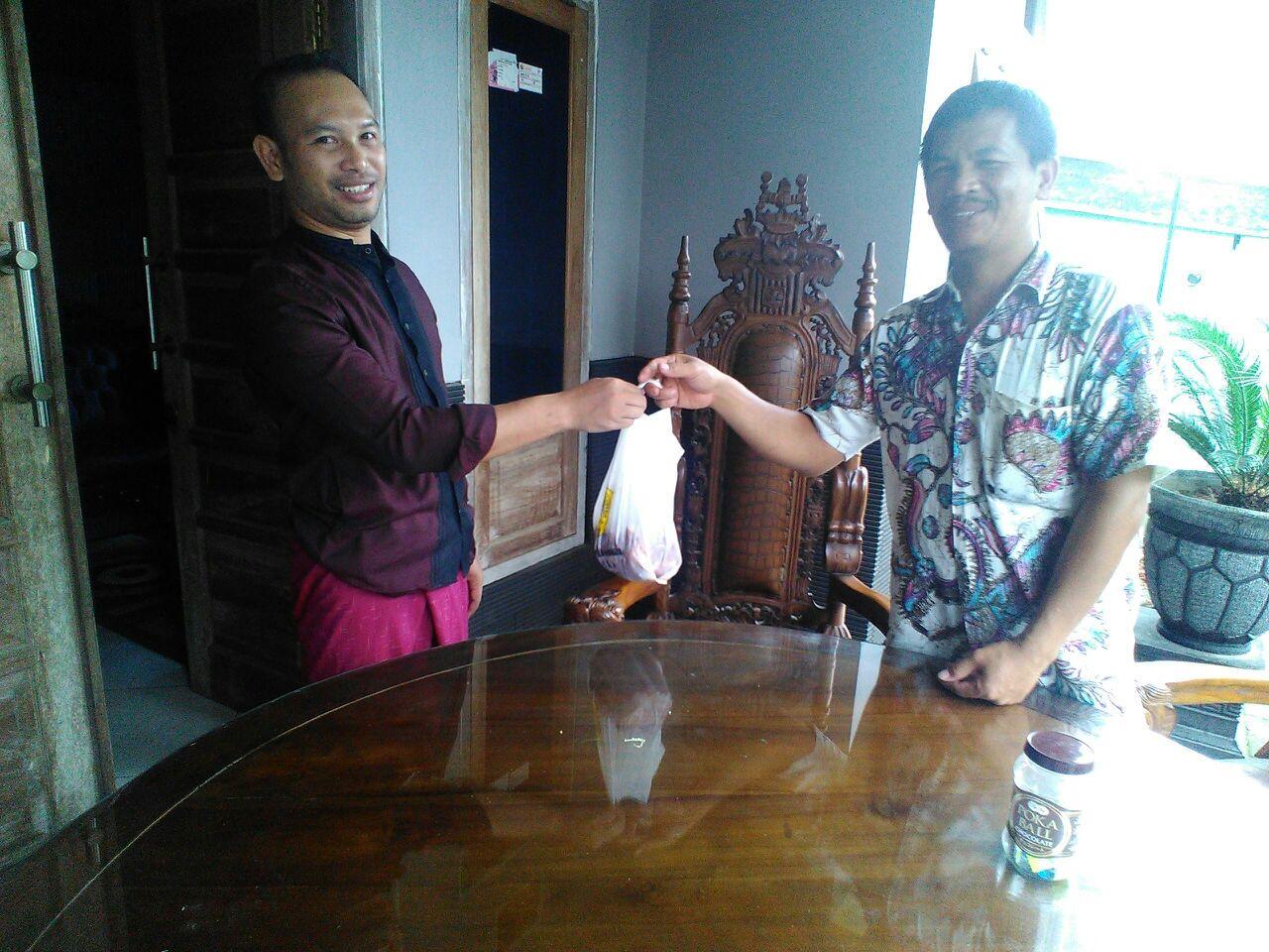 Pemberian daging Kurban ke kades Sukoraharjo  Kepanjen Bpk Moh. Bisri terimakasi kepada LDII